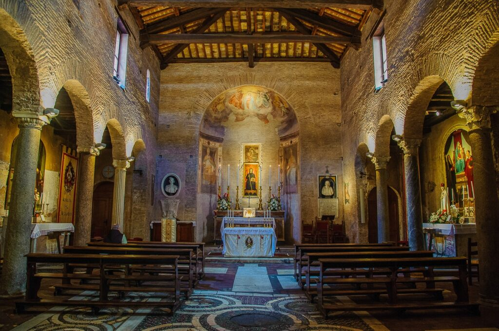 Interno chiesa di San Benedetto in Piscinula, Roma.
