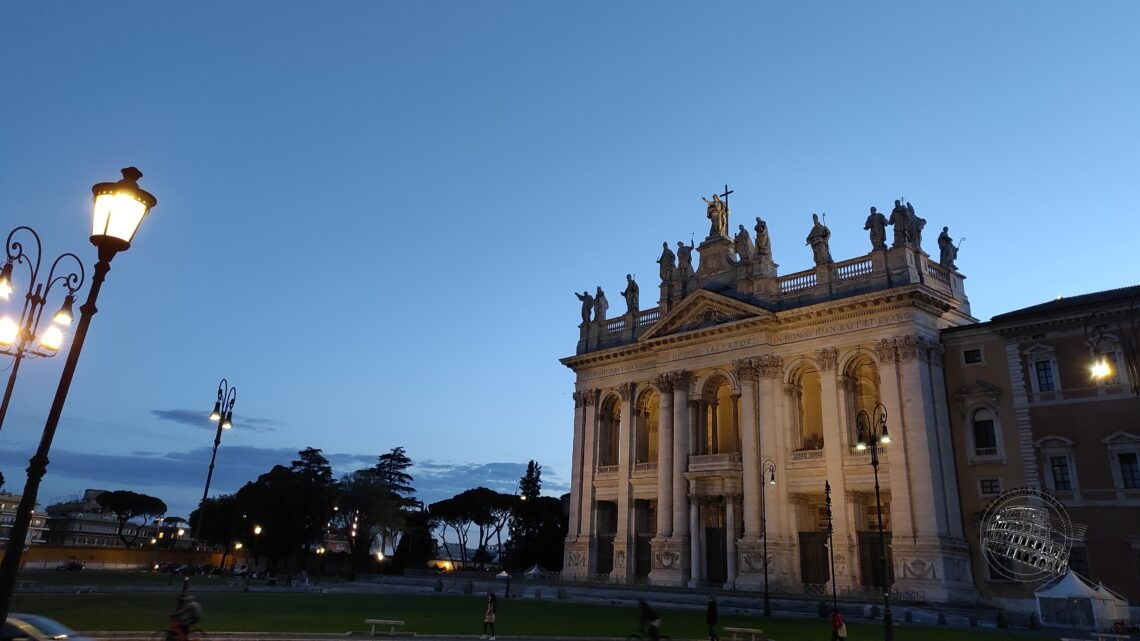 Piazza San Giovanni in Laterano all'imbrunire